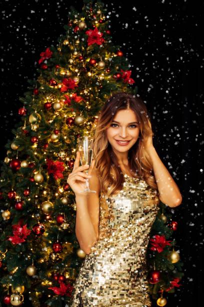 Köpüklü şarap Noel ağacı önünde kızla stok fotoğrafı