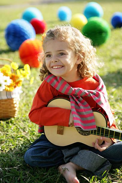 mädchen mit gitarre - gitarren geburtstagstorten stock-fotos und bilder