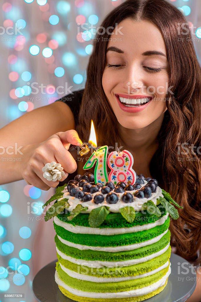 Mädchen mit happy birthday cake – Foto