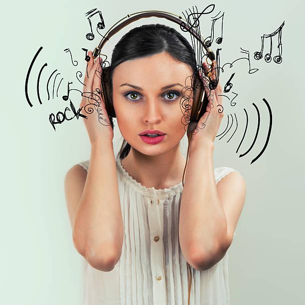 mädchen mit kopfhörer  - one song training stock-fotos und bilder