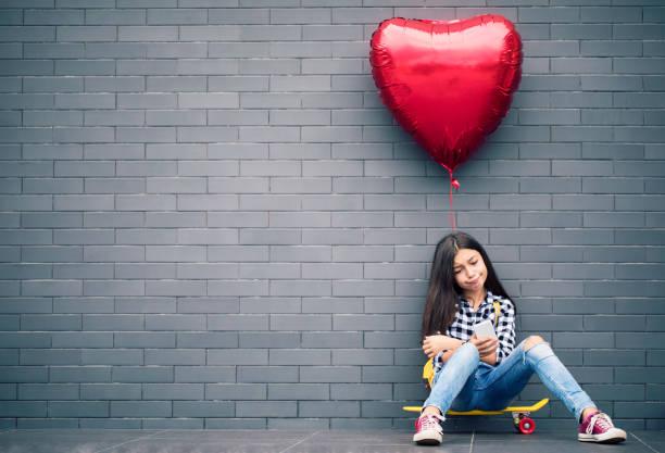 Mädchen mit Herz-Form-Ballon – Foto