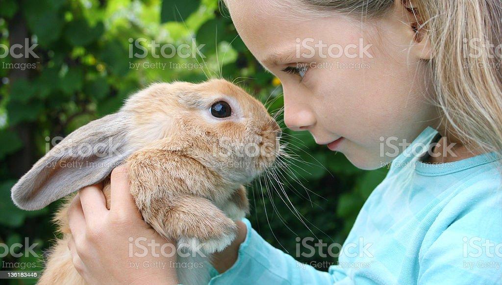 Mädchen mit ihrem Kaninchen – Foto