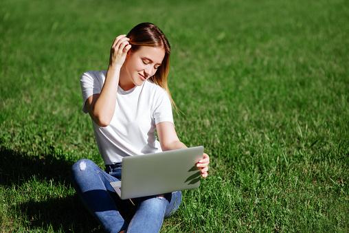 Meisje Met Laptop In Het Park Stockfoto en meer beelden van Alleen volwassenen