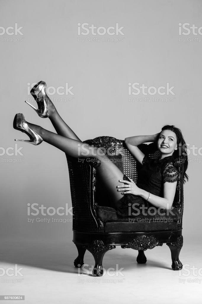7561e3dfaa5 Fille avec longues jambes qui posent en noir et blanc. Photographie  retouchee photo libre de