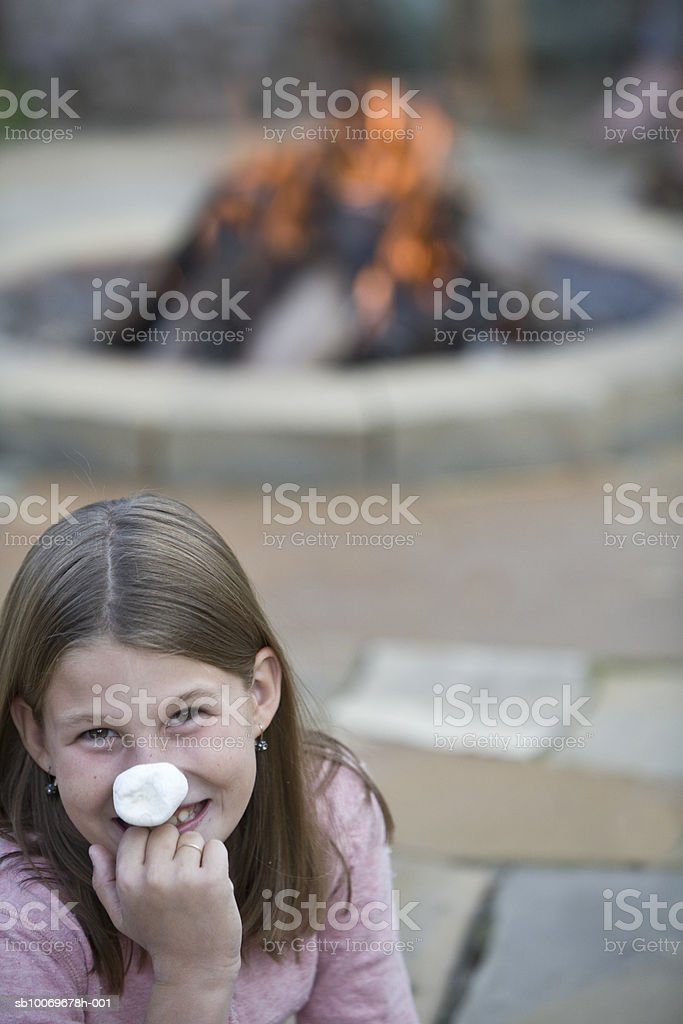 Girl (8-9) with marshmallow on nose, smiling, portrait foto de stock royalty-free
