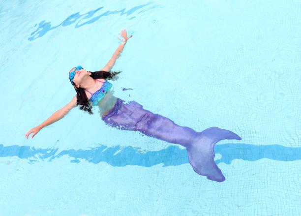 Mädchen mit Mermaid Tail schwimmenden – Foto