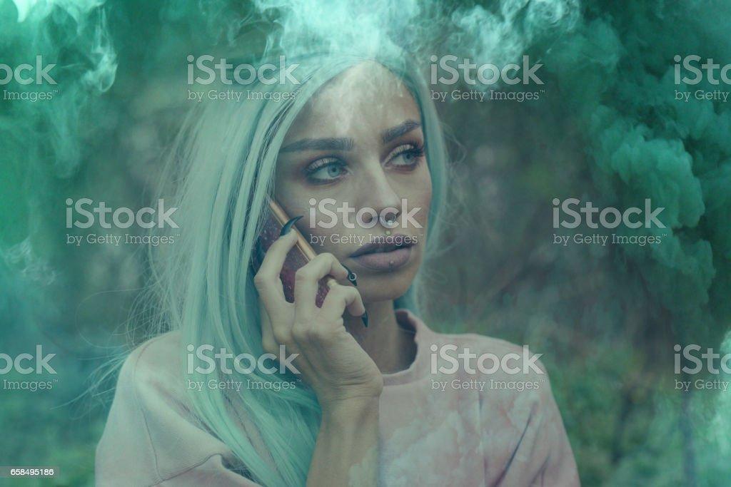 Chica con peluca de menta al aire libre. - foto de stock