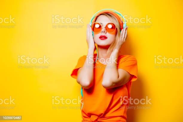 Photo libre de droit de Fille Avec Des Lunettes Orange Et Casque banque d'images et plus d'images libres de droit de 1980-1989