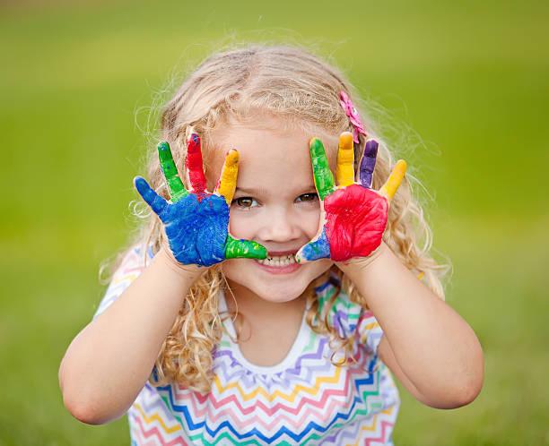 mädchen mit bemalten händen im freien - fingerfarben stock-fotos und bilder