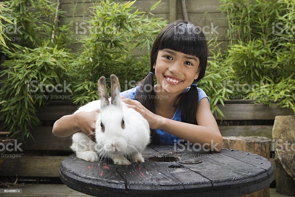 Mädchen mit Haustier Kaninchen Lizenzfreies stock-foto