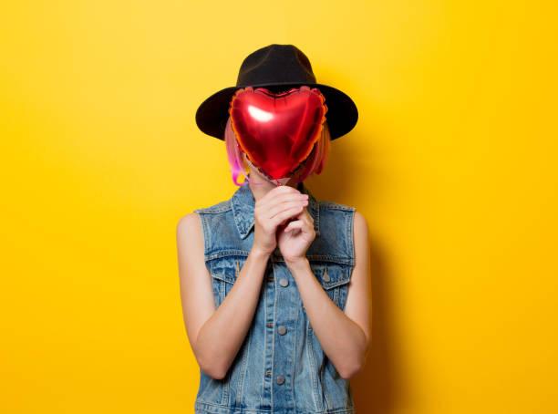 mädchen mit rosa haaren stil mit herz-form-ballon - ballonhose stock-fotos und bilder