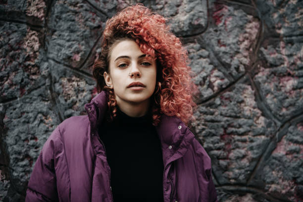 chica con el pelo rojo - moda hipster fotografías e imágenes de stock