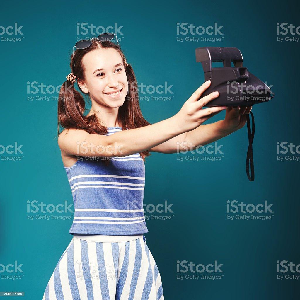 Garota com uma câmera retrô foto royalty-free