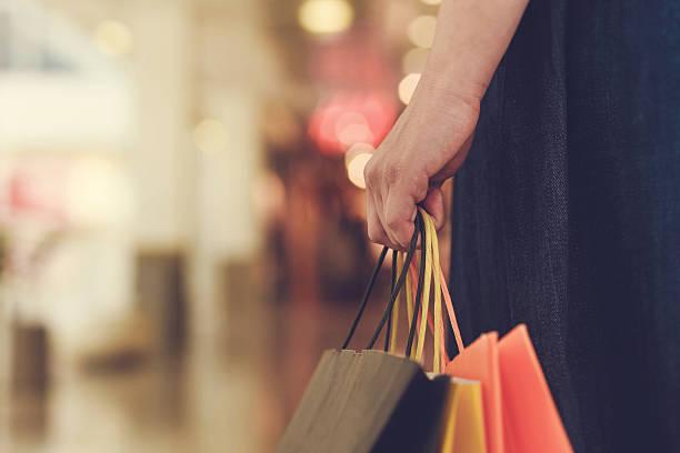 Mädchen mit shopping Taschen. – Foto