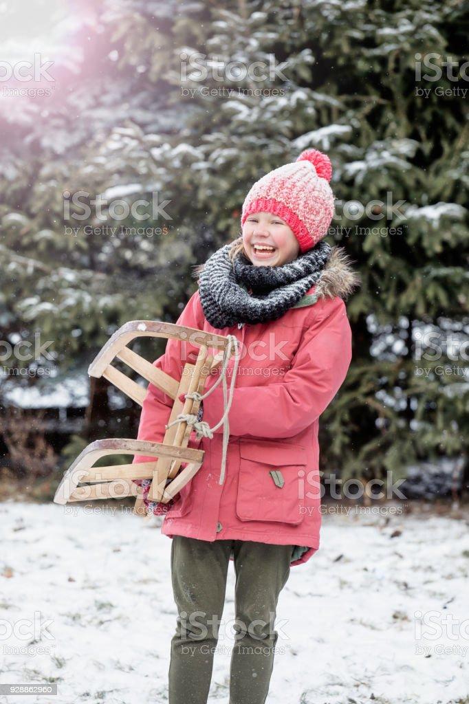 girl with sleigh – zdjęcie