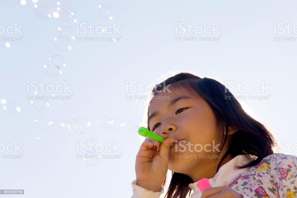 肥皂泡泡的女孩 免版稅 stock photo