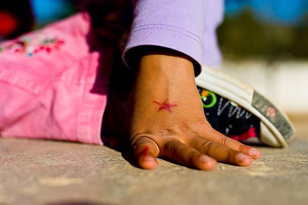 mädchen mit sternen-tätowierung - sternenkinder tattoo stock-fotos und bilder