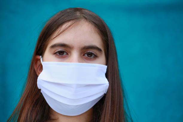 Mädchen mit chirurgischen Maske Porträt – Foto
