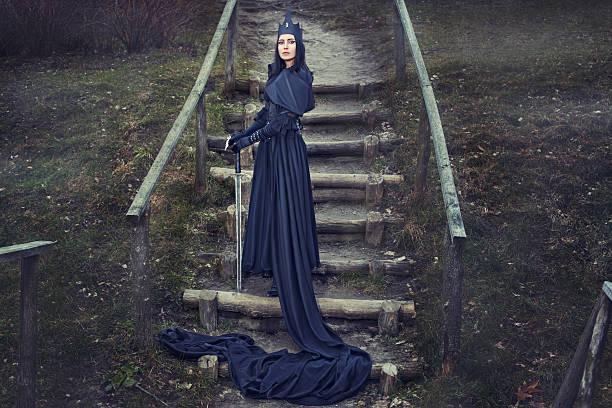 mädchen mit schwert. - gothic kleid stock-fotos und bilder