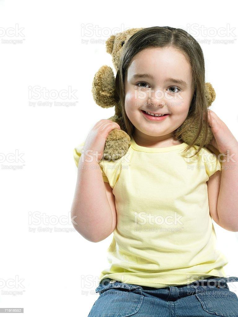 Chica con teddy sobre sus hombros foto de stock libre de derechos