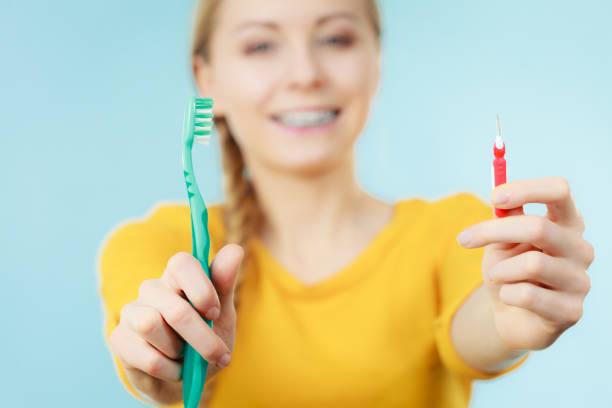menina com aparelho de dentes com escova interdental e tradicional - escova interdental - fotografias e filmes do acervo