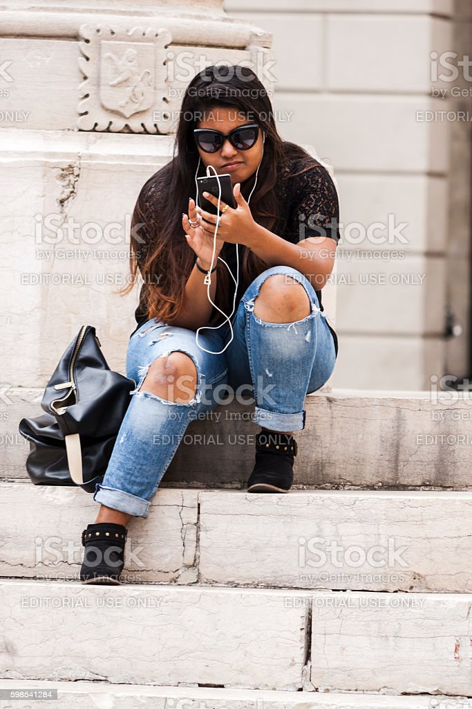 Girl with the smartphone photo libre de droits