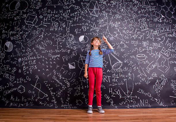 女の子、2 ブレード、大きな黒板に数学記号 ストックフォト