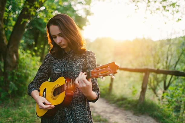 mädchen mit ukulele - ukulele songs stock-fotos und bilder