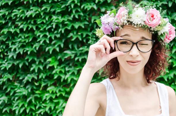 fille avec troubles visuels essaie de regarder à travers les verres - cosmetique store photos et images de collection