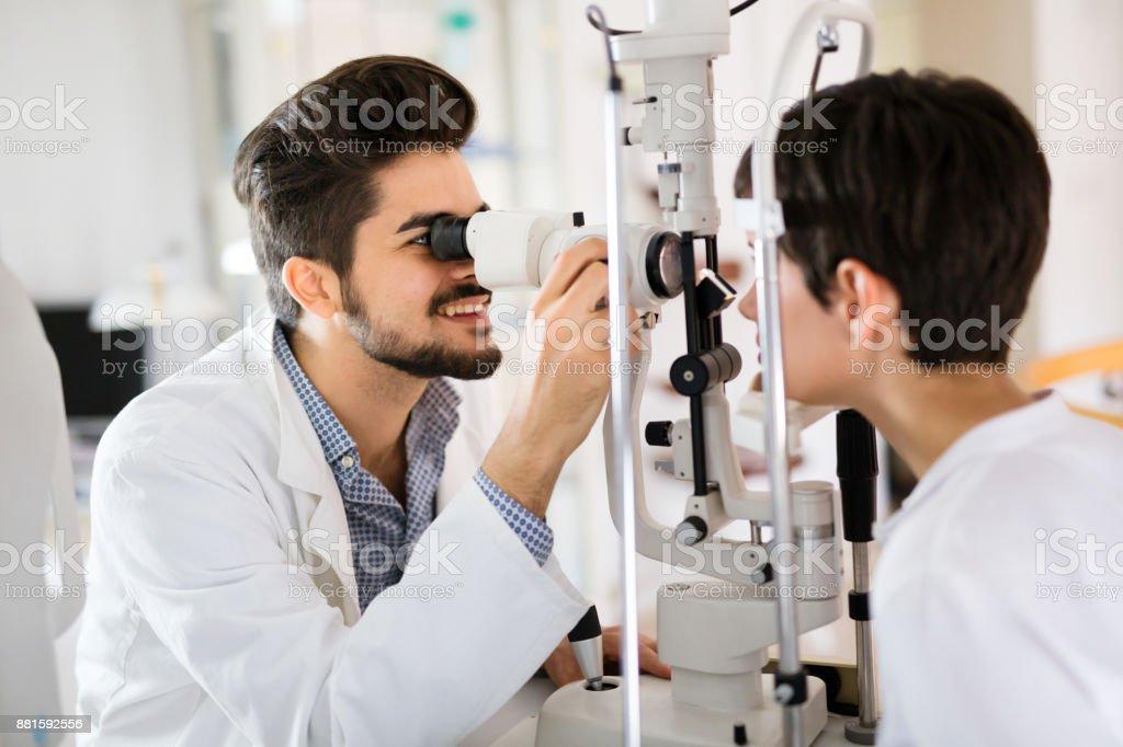 視度検出のための眼科診療所で女 ストックフォト