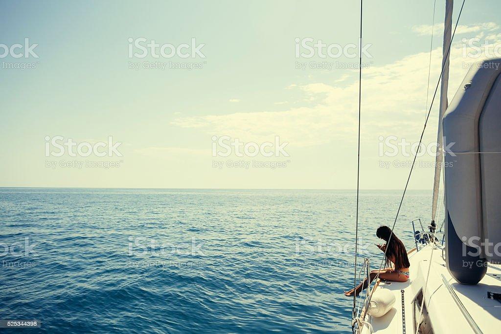 Mädchen Yachting mit smartphone-Fotografie Kreuzfahrt – Foto