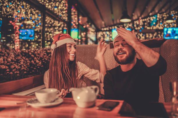 freundin ist erinnert ihr freund über ihren jahrestag in der weihnachtsnacht - geburtstag vergessen stock-fotos und bilder
