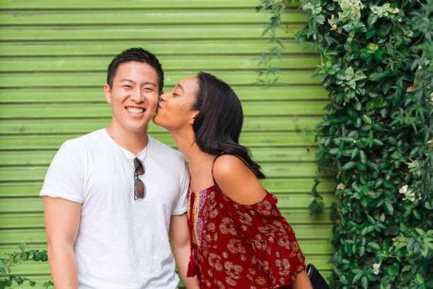 ガールフレンドは彼女のボーイフレンドにキス - people of color ストックフォトと画像