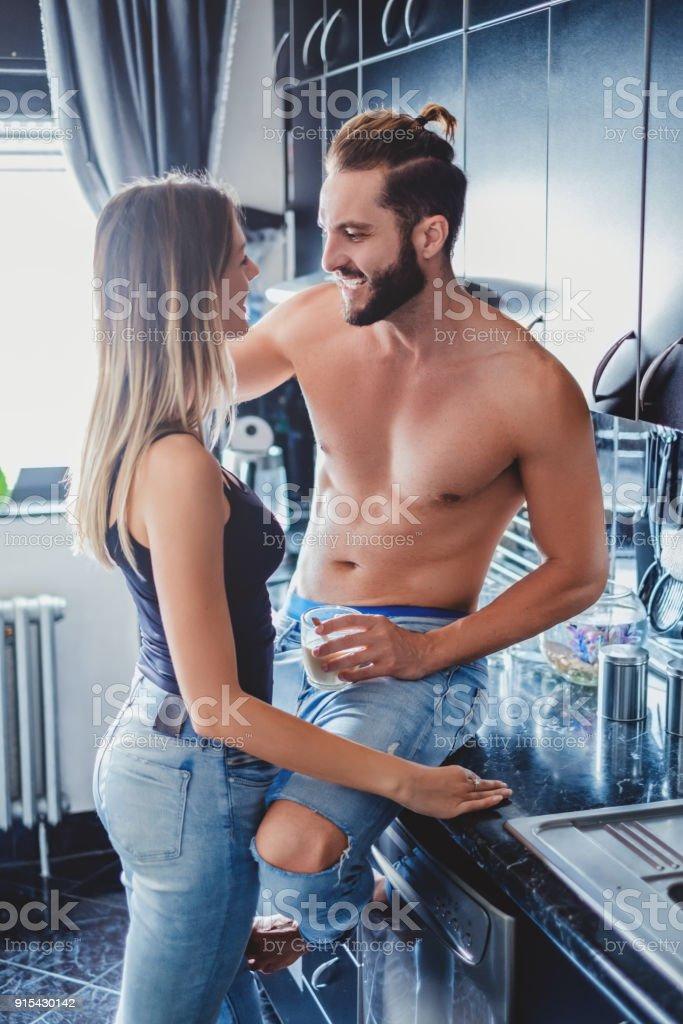 Copine debout près de son mec sexy dans la cuisine photo libre de droits
