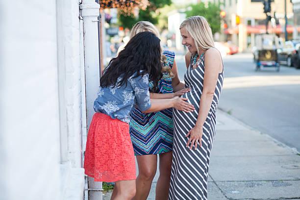 Novias de futbolistas celebre con amigos embarazada de vientre. - foto de stock