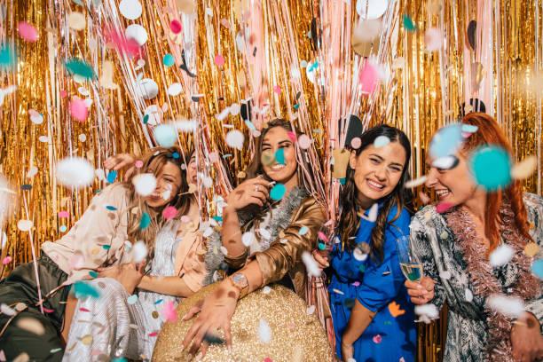 大晦日を祝うガールフレンド - glitter curtain ストックフォトと画像