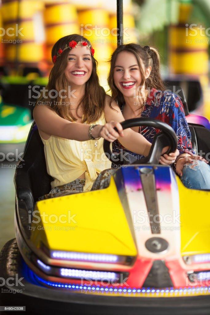 Freundinnen ein Autoscooter fahren – Foto