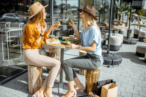 novias comiendo comida saludable en una terraza - couple lunch outdoors fotografías e imágenes de stock