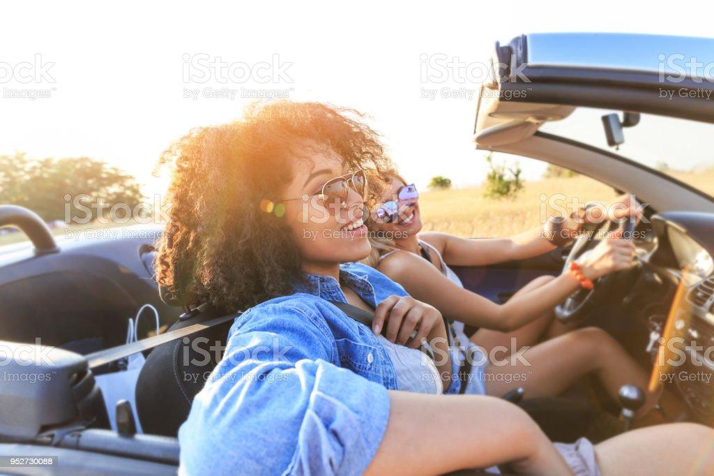 Freundinnen Spaß auf Roadtrip – Foto