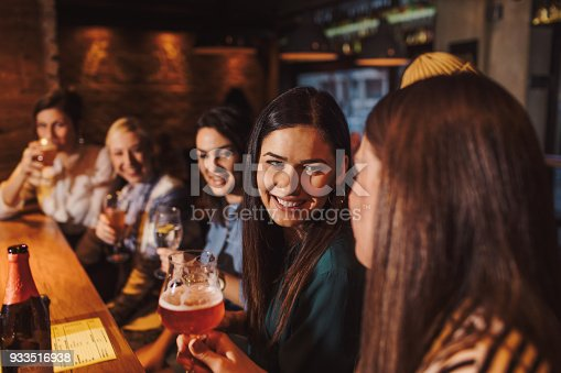 istock Girlfriends in a pub 933516938