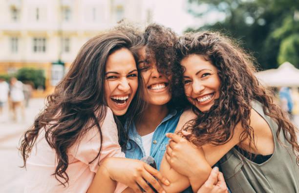 dziewczyny w mieście - przyjaźń zdjęcia i obrazy z banku zdjęć