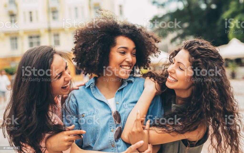 Freundinnen in der Stadt – Foto