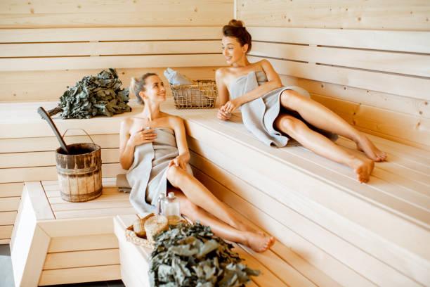 Frauen Entspannen In Der Sauna - Bilder und Stockfotos
