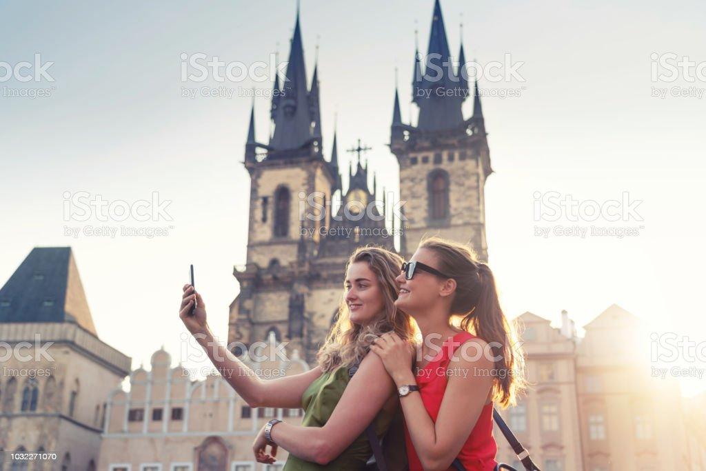 Freundinnen unter Selfies vor Teynkirche in Prag – Foto