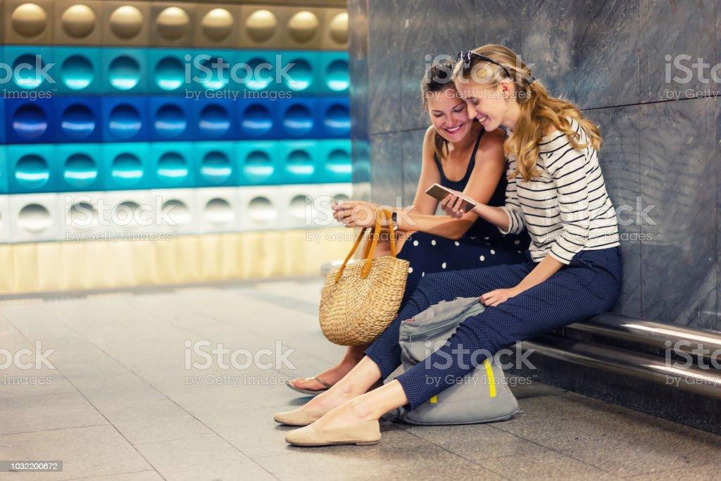 Freundinnen mit Handy in der u-Bahn-Station warten – Foto