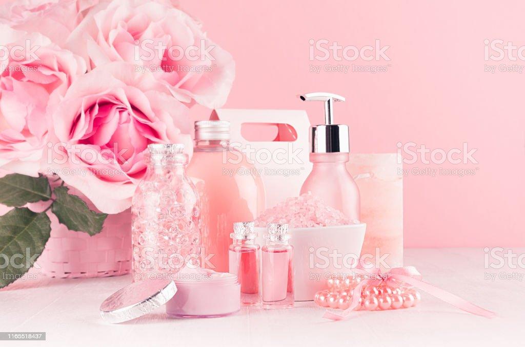 Girlish Niedlichen Badezimmer Interieur Mit Blumen In ...