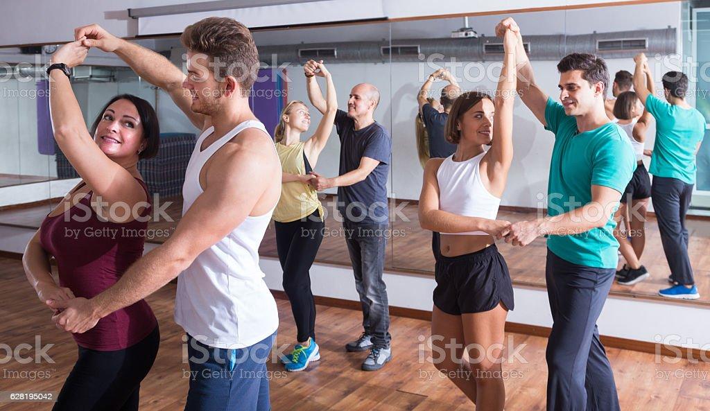 girls and men learning salsa - foto de acervo