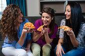 女の子やピザの夜