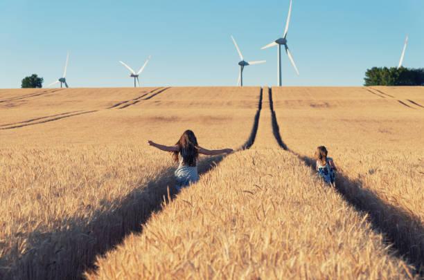 jeunes filles exécutent le moyen de l'énergie éolienne - nuage 6 photos et images de collection