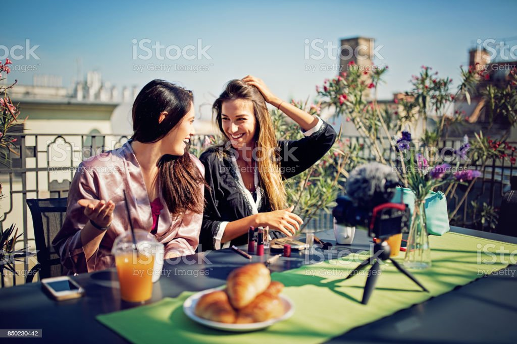 Las niñas son hacer acerca de hacer en la terraza por la mañana - foto de stock